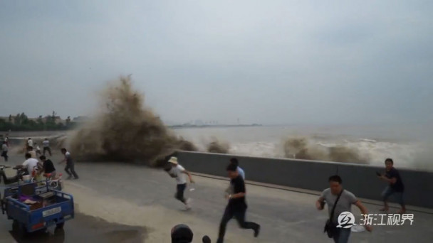 Video: Tidal surge on Chinese river sweeps away spectators